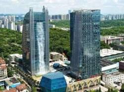 В Китае возводится здание с гигантским водопадом